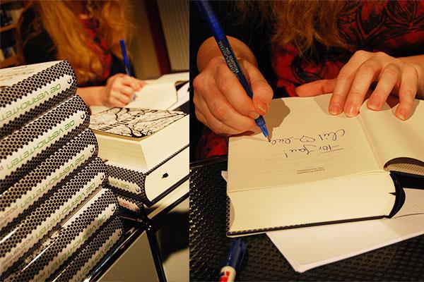 Ursula Poznanski beim Signieren