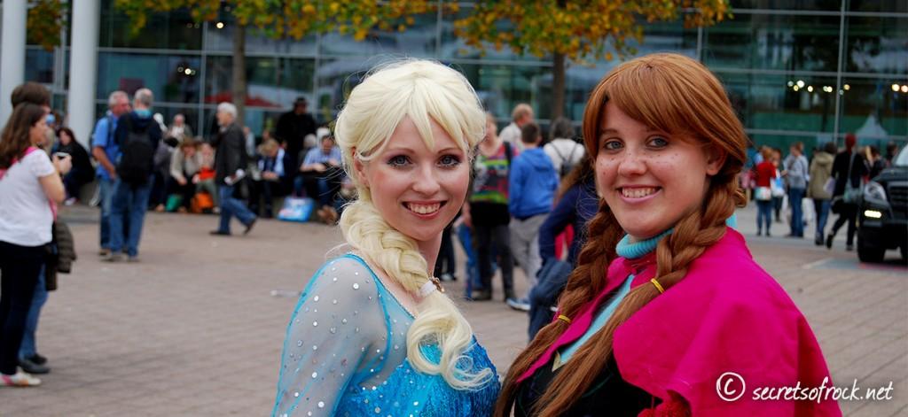 Elsa und Anna aus Frozen als Cosplayer auf der Buchmesse