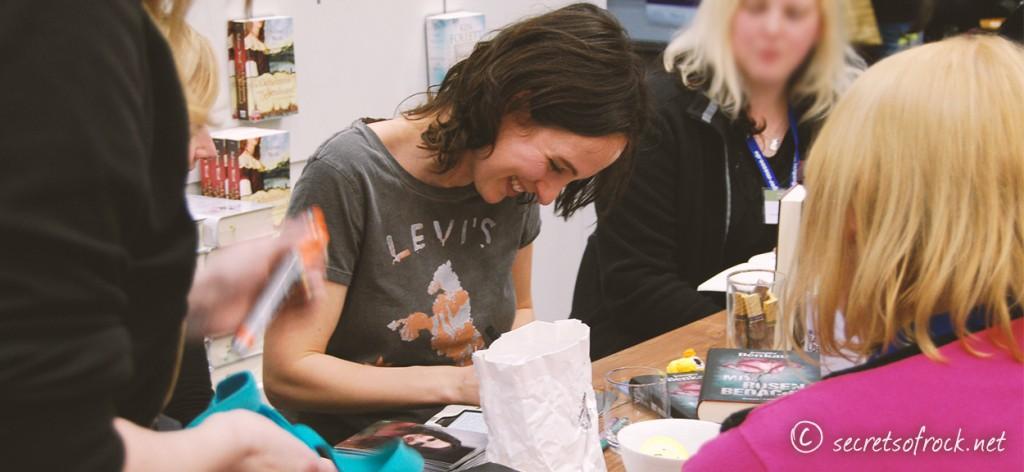 Bloggertreffen mit Jennifer Benkau beim Signieren