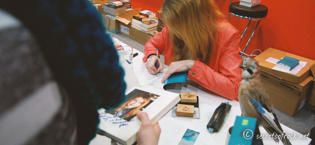 Sandra Regnier während der Signierstunde